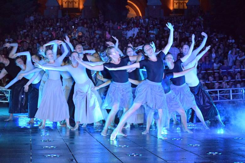 Anna Kasprzak-Chowaniec przewodzi grupie tancerzy, którzy powtarzają po niej ruchy w spektaklu Wodowisko w reżyserii Wojciecha Chowańca.