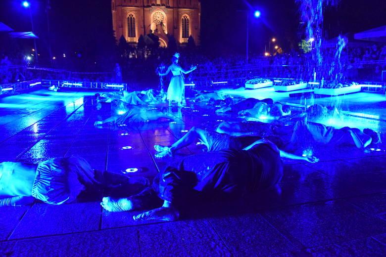 Meluzyna z triumfem stoi w świecie wodnym oczekująć na ostateczny pojedynek z hydraulikiem w spektaklu Wodowisko w reżyserii Wojciecha Chowańca.