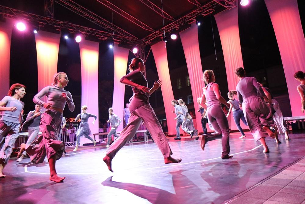 Tancerze biegną po kole w spektaklu SHADES, wyreżyserowanym przez Marjon van Grunsven w projekcie skoordynowanym w pełni przez Wojciech Chowaniec