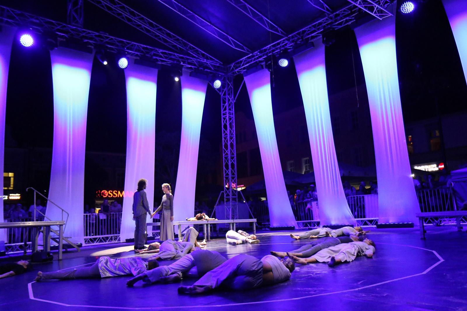 Scenografia podczas spektaklu SHADES, wyrezyserowanym przez Marjon van Grunsven, w projekcie skoordynowanym przez Wojciech Chowaniec.