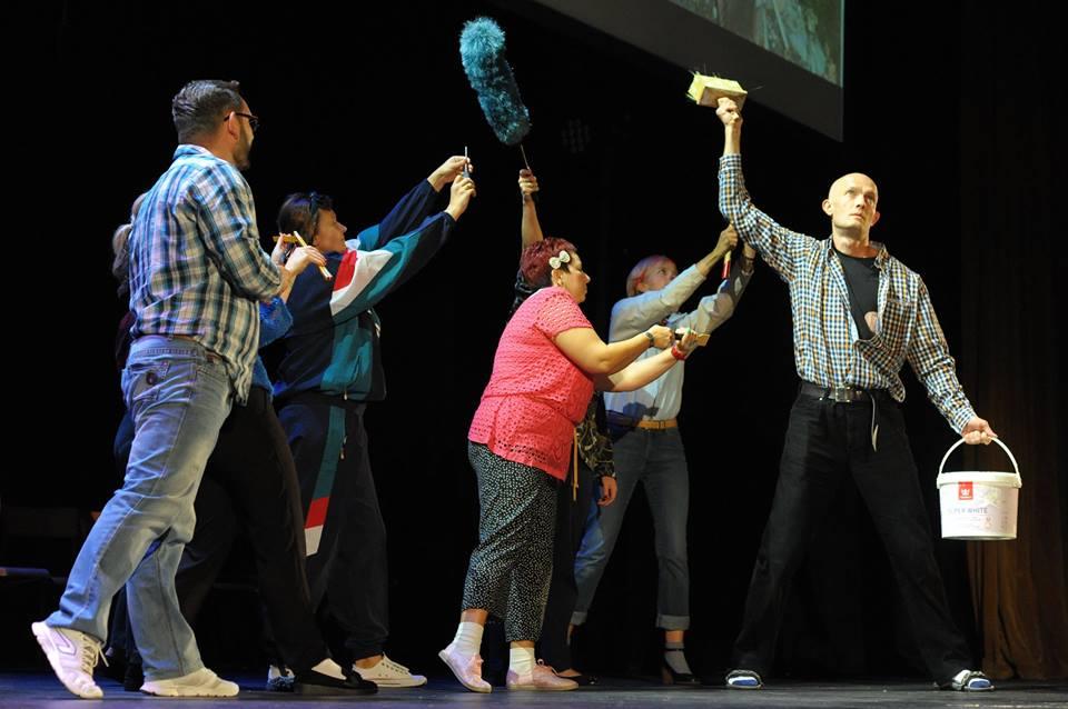W spektaklu w reżyserii Wojciecha Chowańca nauczyciele i rodzice organizują szkołę