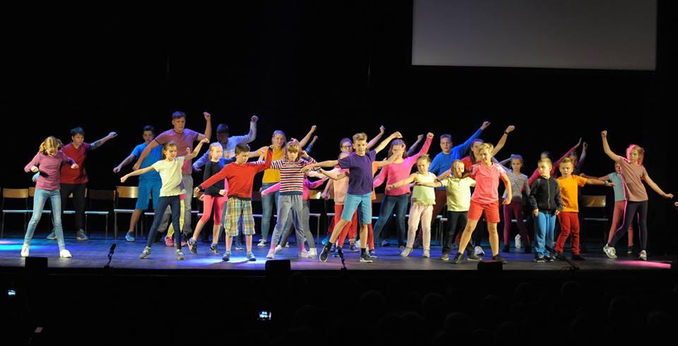 """Dzieci ze Szkoły Społecznej tańczą energicznie w ostatnim utworze spektaklu """"Nasza"""""""