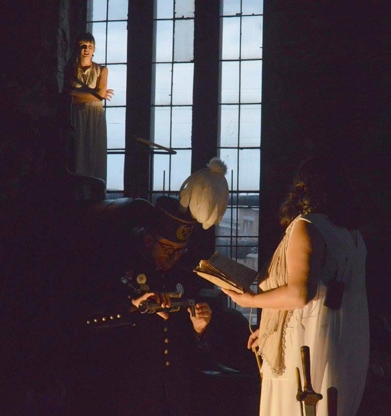 Dwie kobiety stoją na maszynie kopalnianej i dają koncert na cztery głosy w reżyserii Wojciecha Chowańca