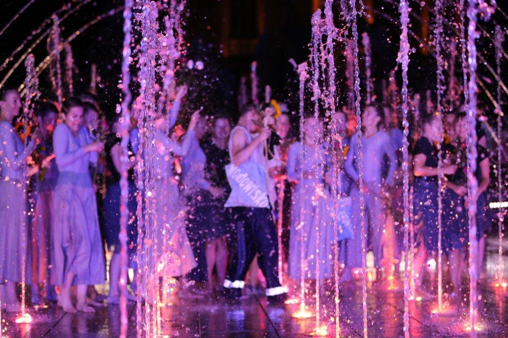 Woda tryska z fontanny na finał spektaklu Wodowisko, wodnego show w Rybniku.