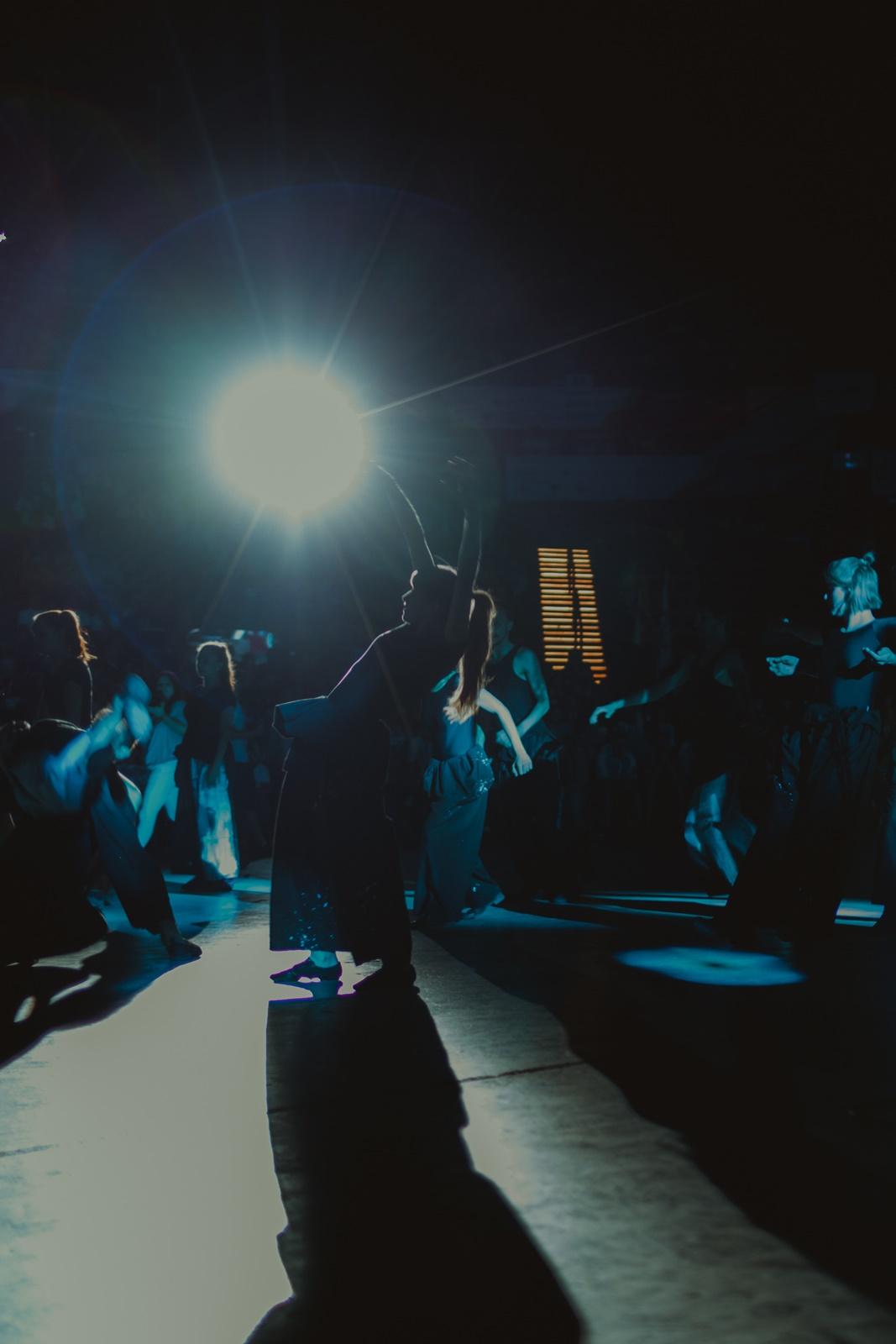 Tancerka wygina się tanecznie podczas pokazu choreograficznego przygotowanego przez MOVYTZA (Anna Kasprzak-Chowaniec & Wojciech Chowaniec)