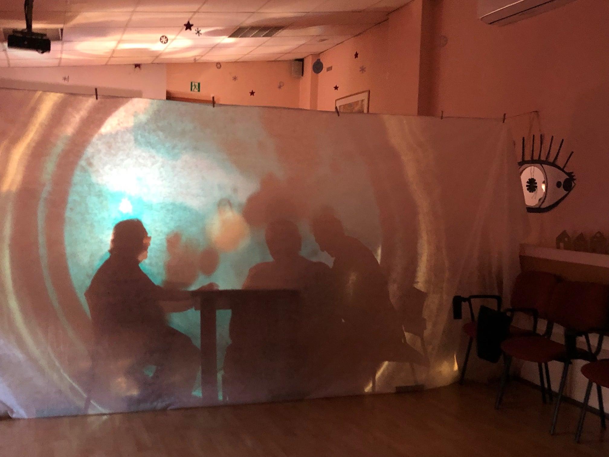 Teatr Cieni z seniorami w reżyserii Wojciecha Chowańca. Na zdjęciu próba filtrów na materiał do teatru cieni.